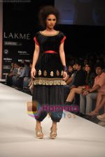 Model walks the ramp for Nandita Thirani Show at Lakme Winter fashion week day 3 on 19th Sept 2010 (3).JPG
