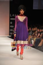 Model walks the ramp for Nandita Thirani Show at Lakme Winter fashion week day 3 on 19th Sept 2010 (33).JPG