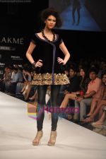 Model walks the ramp for Nandita Thirani Show at Lakme Winter fashion week day 3 on 19th Sept 2010 (36).JPG