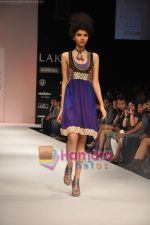 Model walks the ramp for Nandita Thirani Show at Lakme Winter fashion week day 3 on 19th Sept 2010 (40).JPG