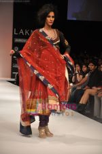 Model walks the ramp for Nandita Thirani Show at Lakme Winter fashion week day 3 on 19th Sept 2010 (5).JPG