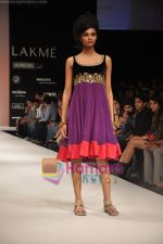 Model walks the ramp for Nandita Thirani Show at Lakme Winter fashion week day 3 on 19th Sept 2010 (9).JPG