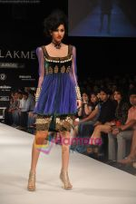 Model walks the ramp for Nandita Thirani Show at Lakme Winter fashion week day 3 on 19th Sept 2010.JPG