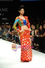 Model walks the ramp for Purvi Doshi Show at Lakme Winter fashion week day 3 on 19th Sept 2010 (13).JPG