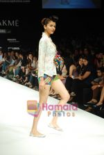 Model walks the ramp for Purvi Doshi Show at Lakme Winter fashion week day 3 on 19th Sept 2010 (27).JPG