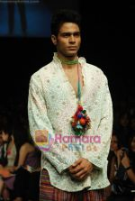 Model walks the ramp for Purvi Doshi Show at Lakme Winter fashion week day 3 on 19th Sept 2010 (34).JPG