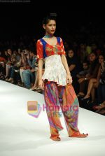 Model walks the ramp for Purvi Doshi Show at Lakme Winter fashion week day 3 on 19th Sept 2010 (45).JPG