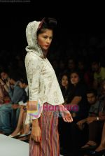 Model walks the ramp for Purvi Doshi Show at Lakme Winter fashion week day 3 on 19th Sept 2010 (55).JPG