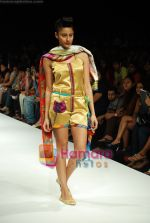 Model walks the ramp for Purvi Doshi Show at Lakme Winter fashion week day 3 on 19th Sept 2010 (58).JPG