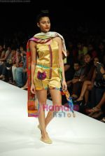 Model walks the ramp for Purvi Doshi Show at Lakme Winter fashion week day 3 on 19th Sept 2010 (59).JPG