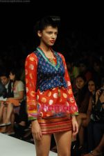 Model walks the ramp for Purvi Doshi Show at Lakme Winter fashion week day 3 on 19th Sept 2010 (67).JPG