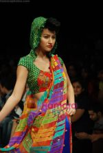 Model walks the ramp for Purvi Doshi Show at Lakme Winter fashion week day 3 on 19th Sept 2010 (77).JPG