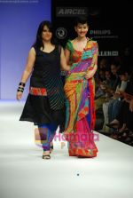 Model walks the ramp for Purvi Doshi Show at Lakme Winter fashion week day 3 on 19th Sept 2010 (85).JPG