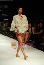 Model walks the ramp for Purvi Doshi Show at Lakme Winter fashion week day 3 on 19th Sept 2010.JPG