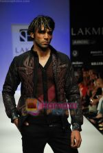 Model walks the ramp for Sanjay Hingu Show at Lakme Winter fashion week day 3 on 19th Sept 2010 (19).JPG