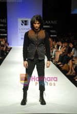 Model walks the ramp for Sanjay Hingu Show at Lakme Winter fashion week day 3 on 19th Sept 2010 (26).JPG