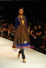 Model walks the ramp for V J Balhara Show at Lakme Winter fashion week day 3 on 19th Sept 2010 (27).JPG