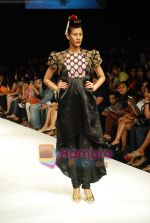 Model walks the ramp for V J Balhara Show at Lakme Winter fashion week day 3 on 19th Sept 2010 (31).JPG