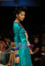 Model walks the ramp for V J Balhara Show at Lakme Winter fashion week day 3 on 19th Sept 2010 (78).JPG