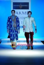 Sulaiman Merchant walks the ramp for Shyamal Bhumika Show at Lakme Winter fashion week day 4 on 20th Sept 2010 (2).JPG
