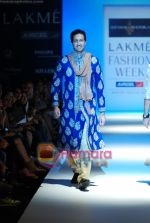 Sulaiman Merchant walks the ramp for Shyamal Bhumika Show at Lakme Winter fashion week day 4 on 20th Sept 2010 (3).JPG