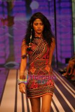 Model walks the ramp for Malini Ramani Show at Lakme Winter fashion week day 5 on 21st Sept 2010 (37).JPG