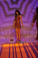 Model walks the ramp for Malini Ramani Show at Lakme Winter fashion week day 5 on 21st Sept 2010 (38).JPG