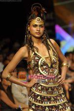 Model walks the ramp for Malini Ramani Show at Lakme Winter fashion week day 5 on 21st Sept 2010 (45).JPG