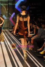 Model walks the ramp for Malini Ramani Show at Lakme Winter fashion week day 5 on 21st Sept 2010 (48).JPG