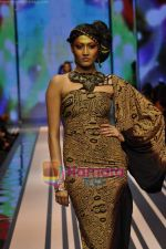 Model walks the ramp for Malini Ramani Show at Lakme Winter fashion week day 5 on 21st Sept 2010 (51).JPG