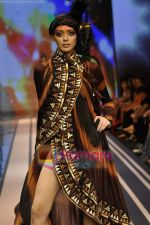 Model walks the ramp for Malini Ramani Show at Lakme Winter fashion week day 5 on 21st Sept 2010 (58).JPG