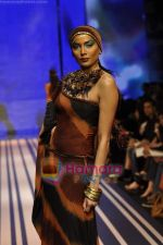 Model walks the ramp for Malini Ramani Show at Lakme Winter fashion week day 5 on 21st Sept 2010 (64).JPG