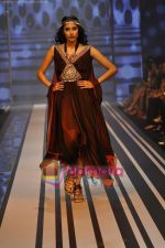 Model walks the ramp for Malini Ramani Show at Lakme Winter fashion week day 5 on 21st Sept 2010 (78).JPG