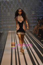 Model walks the ramp for Malini Ramani Show at Lakme Winter fashion week day 5 on 21st Sept 2010 (81).JPG