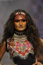 Model walks the ramp for Malini Ramani Show at Lakme Winter fashion week day 5 on 21st Sept 2010 (82).JPG
