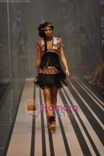 Model walks the ramp for Malini Ramani Show at Lakme Winter fashion week day 5 on 21st Sept 2010 (84).JPG
