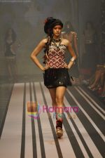 Model walks the ramp for Malini Ramani Show at Lakme Winter fashion week day 5 on 21st Sept 2010 (86).JPG