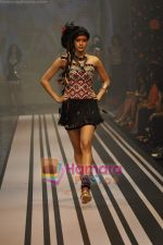 Model walks the ramp for Malini Ramani Show at Lakme Winter fashion week day 5 on 21st Sept 2010 (87).JPG