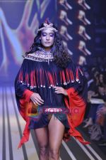 Model walks the ramp for Malini Ramani Show at Lakme Winter fashion week day 5 on 21st Sept 2010 (94).JPG