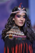 Model walks the ramp for Malini Ramani Show at Lakme Winter fashion week day 5 on 21st Sept 2010 (96).JPG