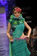 Model walks the ramp for Neeta Lulla Show at Lakme Winter fashion week day 5 on 21st Sept 2010 (62).JPG
