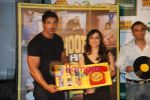 John Abraham, Pakhi at Jootha Hi Sahi success bash and LP record launch in Vie Lounge on 4th Oct 2010 (5).JPG