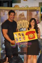 John Abraham, Pakhi at Jootha Hi Sahi success bash and LP record launch in Vie Lounge on 4th Oct 2010 (7).JPG