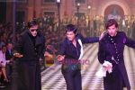 Amitabh Bachchan, Shahrukh Khan, Hrithik Roshan walks the ramp for Karan Johar and Varun Bahl_s show on Day 2 of HDIL on 7th Oct 2010 (36).JPG
