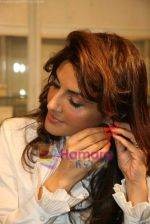 Queenie Dhody at Araish jewellery exhibition in Blue Sea on 12th Oct 2010 (5).JPG