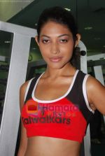 Kingfisher calendar girls at Talwalkars in Mumbai Central on 18th Oct 2010 (83).JPG