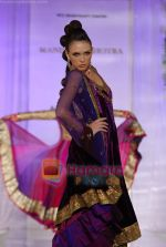 Model walks the ramp for Manish Malhotra at Aamby Valley India Bridal Week day 5 on 2nd Nov 2010 (123).JPG