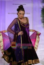 Model walks the ramp for Manish Malhotra at Aamby Valley India Bridal Week day 5 on 2nd Nov 2010 (124).JPG