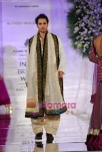 Model walks the ramp for Manish Malhotra at Aamby Valley India Bridal Week day 5 on 2nd Nov 2010 (133).JPG