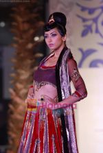 Model walks the ramp for Sonia Mehra at Aamby Valley India Bridal Week day 5 on 2nd Nov 2010 (32).JPG